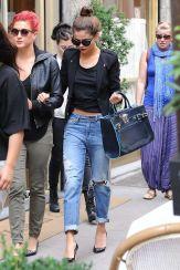 Quelle:http://www.substytwo.com/2015/02/selena-gomez-boyfriend-jeans-streetstyle/