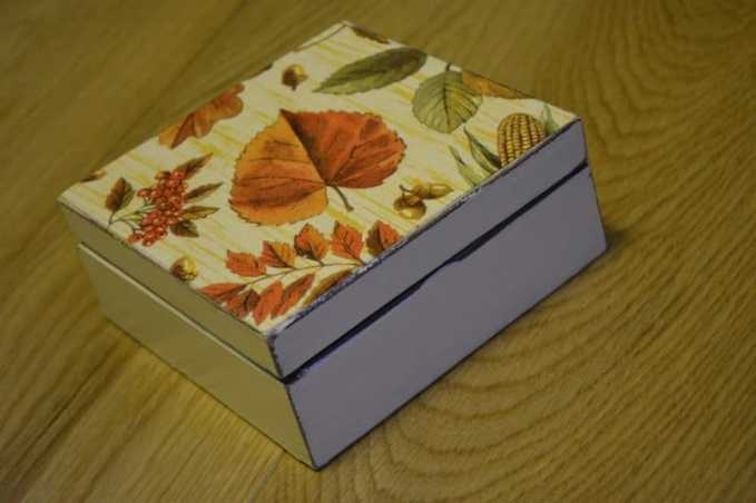 Czerwony liść na pudełku