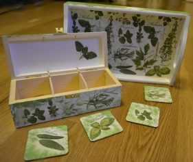 Herbaciarka z zielonymi podstawkami pod kubki