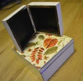 Dwa pudełka (jedno z kolorowymi listkami)