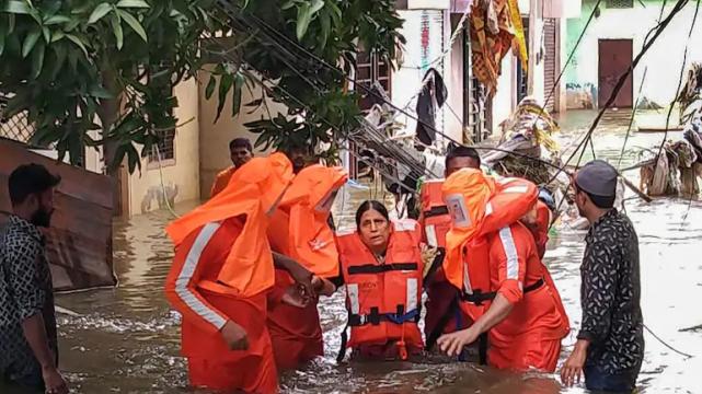 德国突发混乱后,法国警局遭暴力袭击,马克龙哀叹西方霸权末路