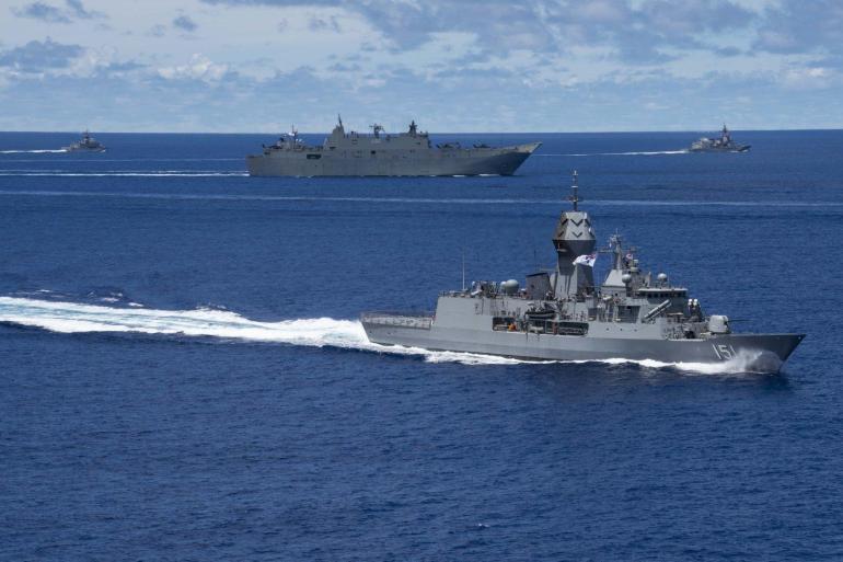 中国又一次不出手就赢了?欲闯南海的英航母:军舰趴窝,船员死亡