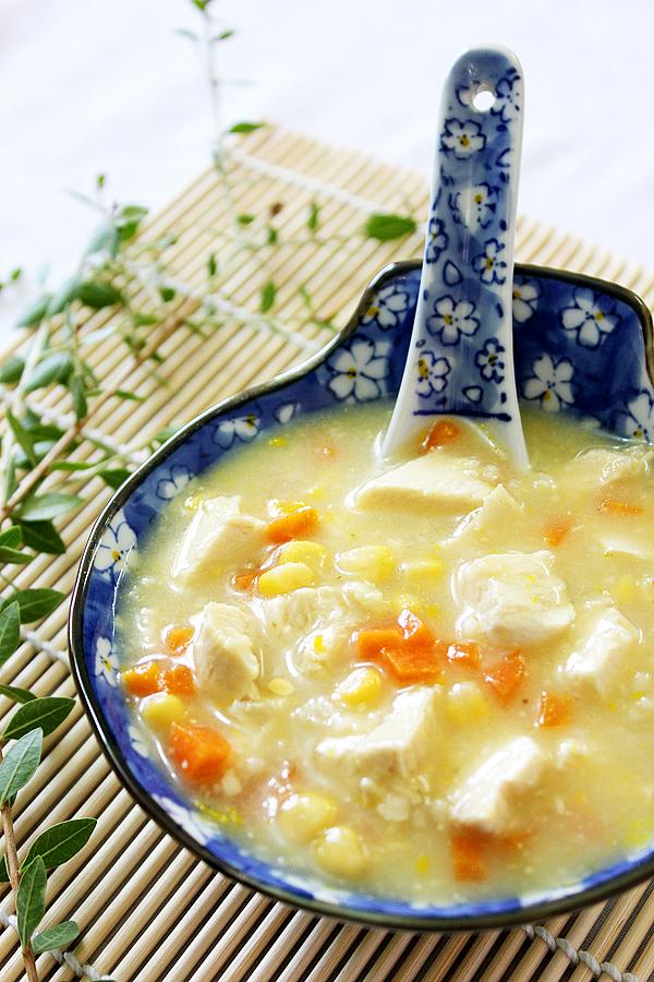 Ζεστή σούπα με κοτόπουλο και καρότο