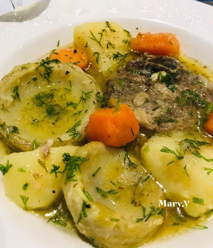 Αρνί στιφάδο με πατάτες αγκινάρες και καρότα