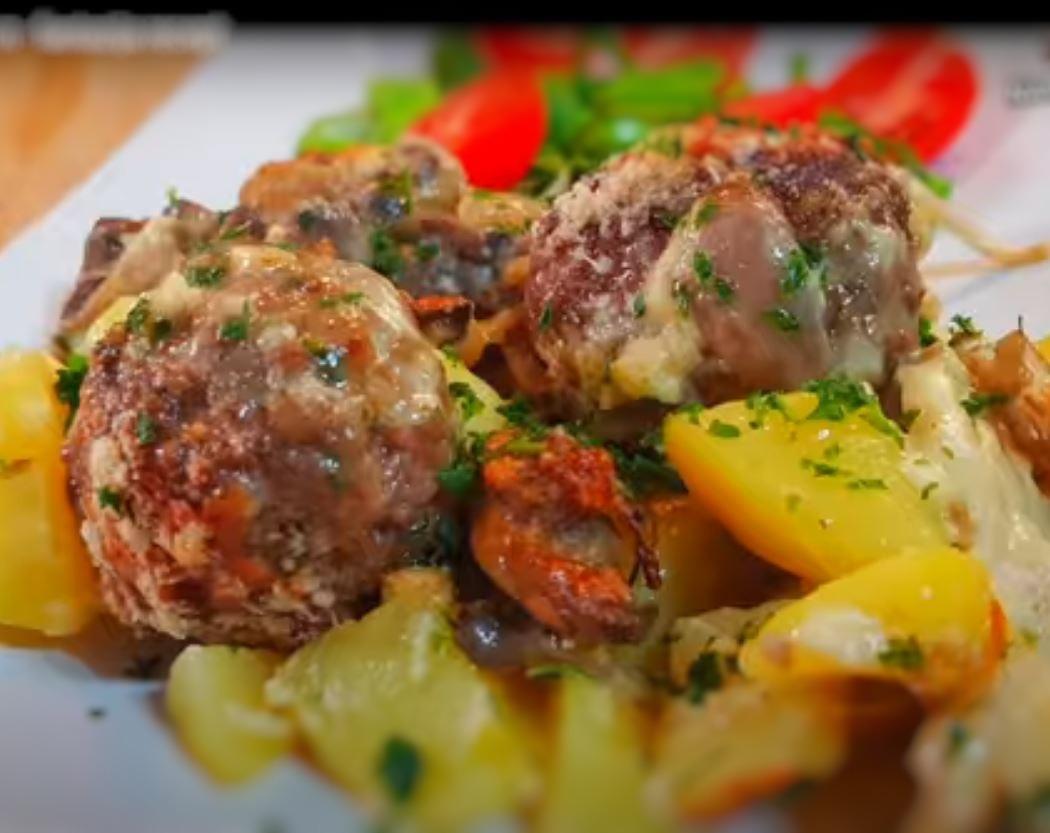 Κεφτέδες φούρνου με πατάτες και μανιτάρια