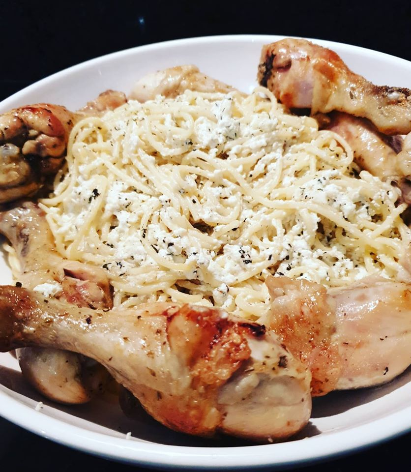 Μακαρόνια με μπουτάκια κοτόπουλο