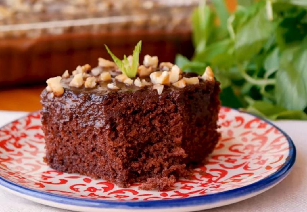 κέικ με σάλτσα σοκολάτας