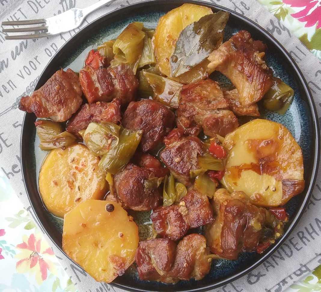 Χοιρινό με πράσα και πατατες στο φουρνο