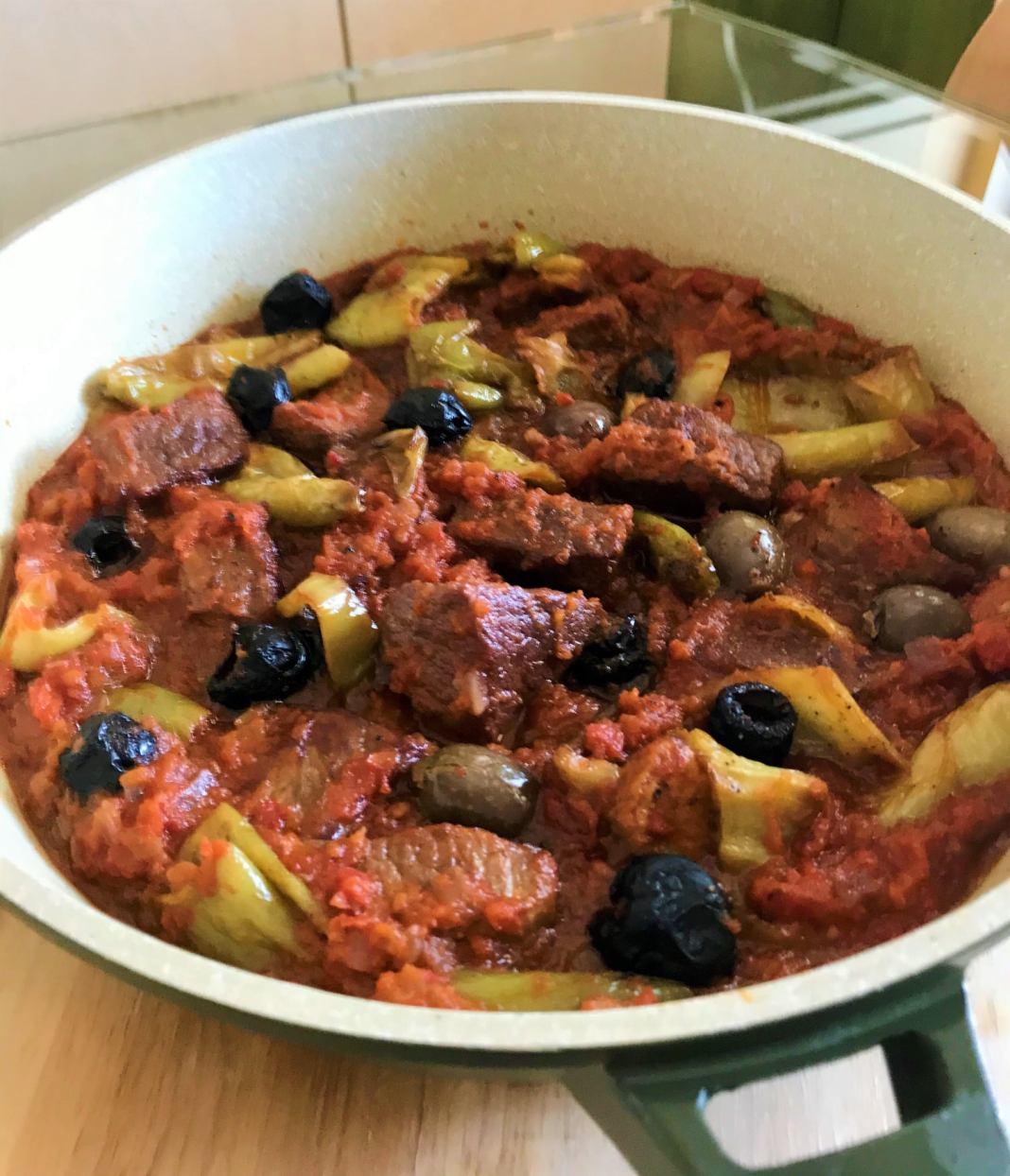Μοσχαράκι με πιπεριές και ελιές