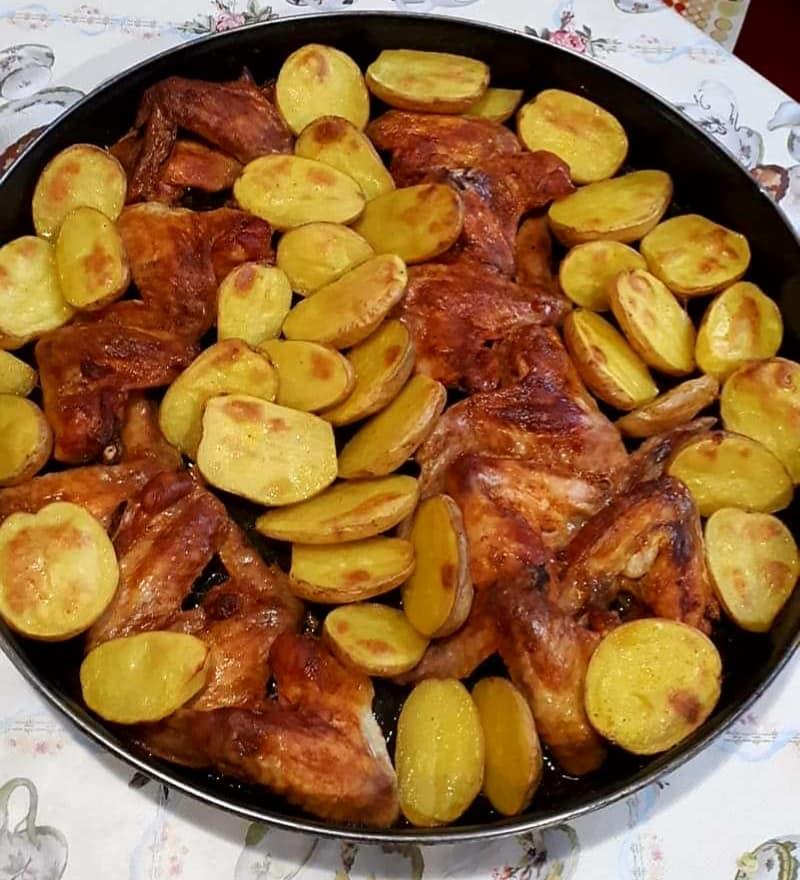 Φτερούγες κοτόπουλου με πατατες και μανιτάρια