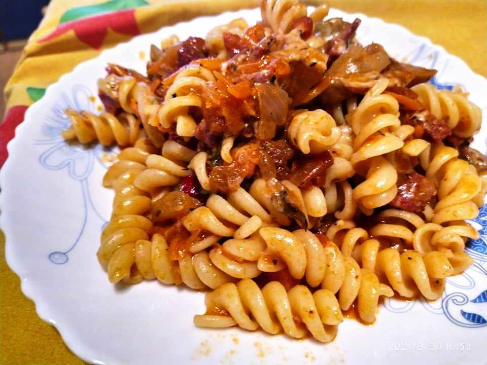 Ζυμαρικά με λουκάνικο και μανιτάρια