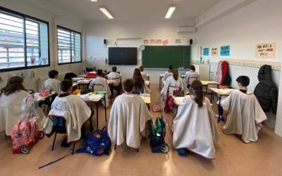 """Els xiquets i xiquetes del CEIP Crist del Miracle de la Llosa de Ranes estrenen la """"mantaescola"""""""