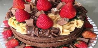 Bolo de Chocolate Decorado com Morangos