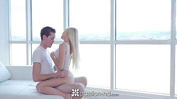 Loira novinha dando sua buceta linda pra um macho