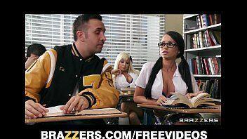 Alunos viciados em sexo mostra como se fazer um ponro dentro dentro da sala de aula