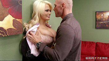 Loira deliciosa fazendo carequinha foder ela em um video louco de sexo com amante