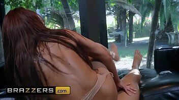Video de sexo grátis mostra uma deliciosa mulher fodendo com namorado de quatro gostoso em sua casa