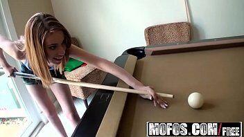 Video de uma novinha deliciosa sentando gostoso na vara depois de jogar sinuca com namorado