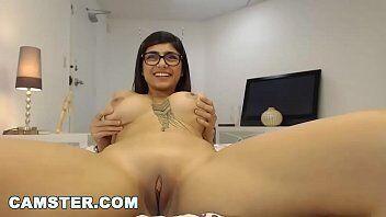Mia khalifa nossa atriz porno mais respeitada do mundo aparecendo em seu canal se masturbando gostoso