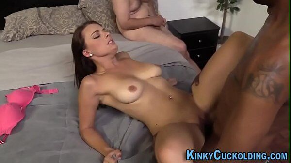 Xhamater morena super gata e toda sensual se arreganha para receber a pica do negão na vagina