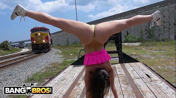 Kelsi Monroe peladinha de pernas para o alto querendo a pica do maquinista