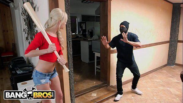 Tarado comendo a loira gostosa depois de tentar assaltar a sua casa