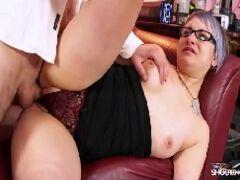Nerd transuda fazendo sexo em filme de porno