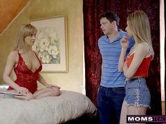 Vidos de sexo metendo a vara na coroa mãe da namorada em uma foda a três