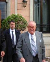 """Ο πρόεδρος του γαλλικού """"Εθνικού Μετώπου"""" με τον πρόεδρο του ελληνικού """"Εθνικού Μετώπου""""."""