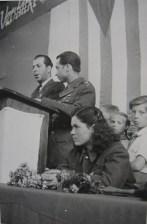 Από εκδήλωση της Ενωσης Διωχθέντων του Ναζιστικού Καθεστώτος (VVN) σε εργοστάσιο στο Πότσνταμ, με ομιλητή τον Θανάση Γεωργίου. Στο πίσω μέρος της φωτογραφίας αναγράφονται επίσης τα ονόματα Βικτώρια Τζάιχου για τη μαχήτρια και Μπιζάκος για τον μαχητή του ΔΣΕ