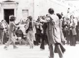 Προαύλιο Πολυτεχνείου, μεσημέρι πρώτης μέρας της κατάληψης, Τετάρτη 15 Νοεμβρίου 1973. Φοιτητές χορεύουν και τραγουδάνε και χτυπάνε παλαμάκια.