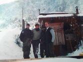 Βοσνία, 1995. Διακρίνονται οι Καθάριος Κυριάκος και τρεις Σέρβοι σε φυλάκιο στα χιόνια στο όρος Ιγκμαν.