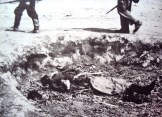 1943-xx-xx - Ελληνας νεκρός μετά από καταστροφή χωριού - Toter Grieche in einer zerstorten Ortschaft, deutsche Soldaten beim Durchkammen des Ortes