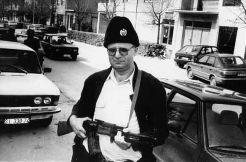 Ο Βόγιτσλαβ Σέσελι (Vojislav Seselj) με όπλο και πλήρη στολή και καπέλο τσέτνικ.