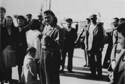 Αντάρτισσα του ΕΛΑΣ και κόσμος στη Λεωφόρο Νίκης, 30 Οκτωβρίου 1944. Φωτογραφία Νο #18.