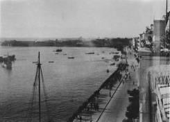 Ο διοικητής του λιμανιού Hanz Pauk ανατίναζε το ένα πλοίο μετά το άλλο κατά μήκος της Λεωφόρου Νίκης για να εμποδίσει τους Βρετανούς να αποβιβαστούν από τη θάλασσα. Θεσσαλονίκη, 30 Οκτωβρίου 1944. Φωτογραφία Νο #13.