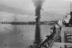 Θεσσαλονίκη, 30 Οκτωβρίου 1944: Η στήλη του καπνού από την πυρπόληση των εγκαταστάσεων και των γερμανικών υλικών στο λιμάνι έκαιγε ολόκληρο τον Οκτώβριο. Ο διοικητής του λιμανιού Hanz Pauk ανατίναξε τις μεγάλες ναυτικές αποθήκες. Φωτογραφία Νο #44.