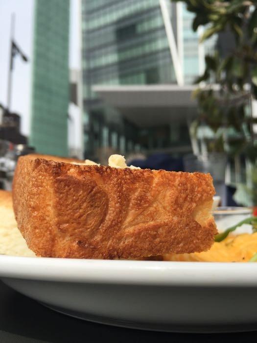 厚切りトーストにはバターとマーマレード