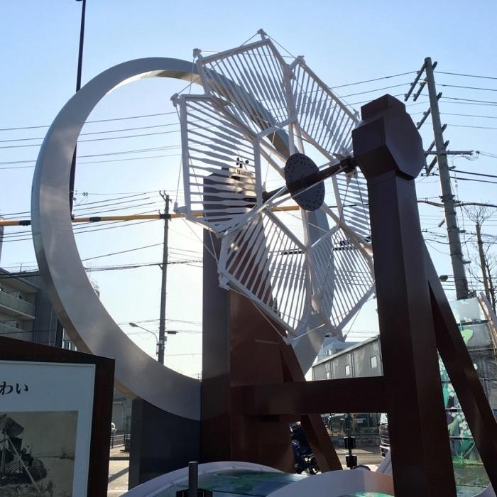 「ドンゴロス風車と吹田くわい」のモニュメント