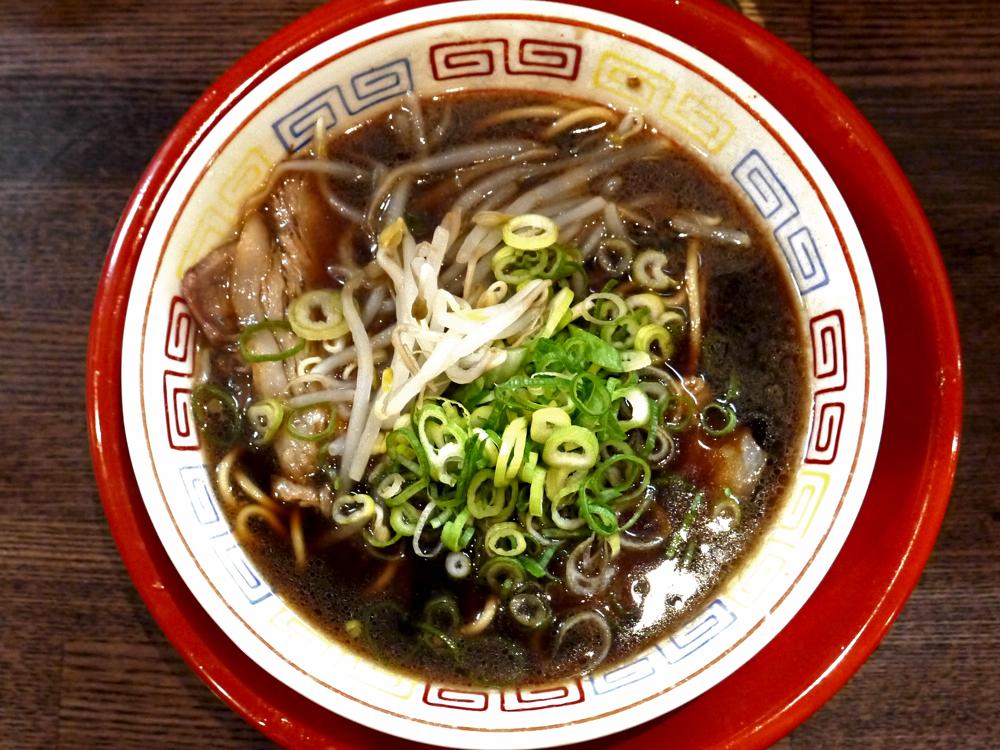 魔性の黒!京都で根強いファンを持つ黒いラーメンと黒い焼きメシを東京で頂く『新福菜館』