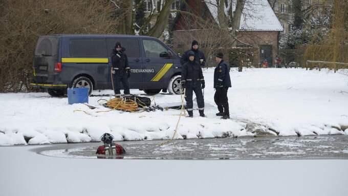 Dykare fortsatte i dag att leta i samma damm i Pildamsparken. Foto: Fritz Schibli