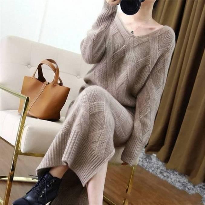 Вязаный спицами женский костюм: джемпер + юбка