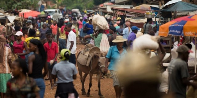 A Kore Lavi marketplace bustling with activity. (Photo: USAID)