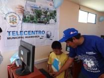 Operador de telecentro capacitando a los niños de Cuchipampa en Alfabetización Digital