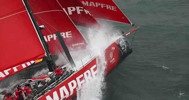 MAPFRE on her way to setting a race record for the Round the Island Race Volvo Ocean Race© http://www.volvooceanrace.com