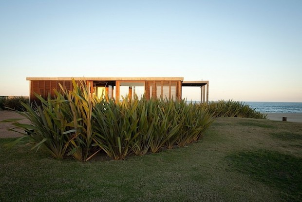 風景をじゃましない、理想的な海の家「A Simple Modern House in Uruguay by Julie Carlson」