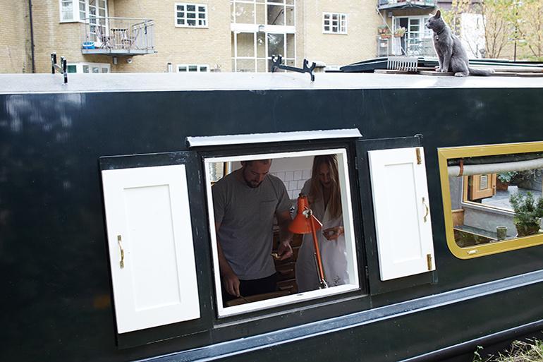 ロンドン・テムズ川に浮かぶ。アンティークなハウスボート「Chinampa Houseboat」