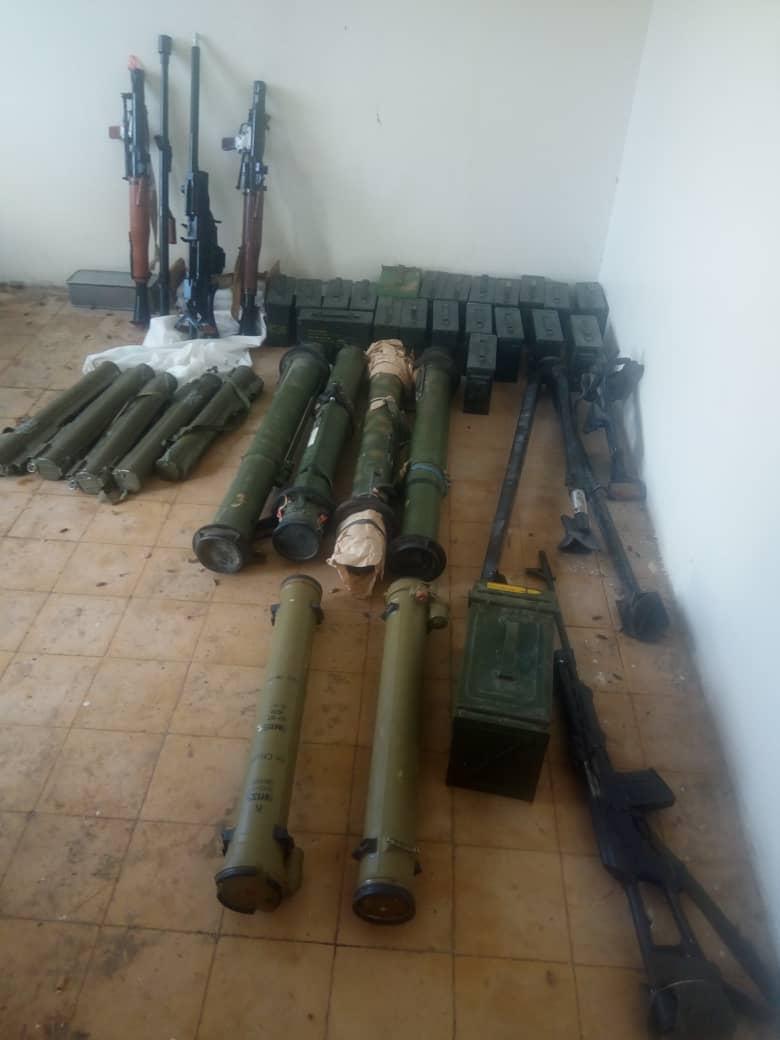 قوات الحزام الامني تضبط اسلحة وذخائر مهربة في المدخل الغربي لعدن (صور)