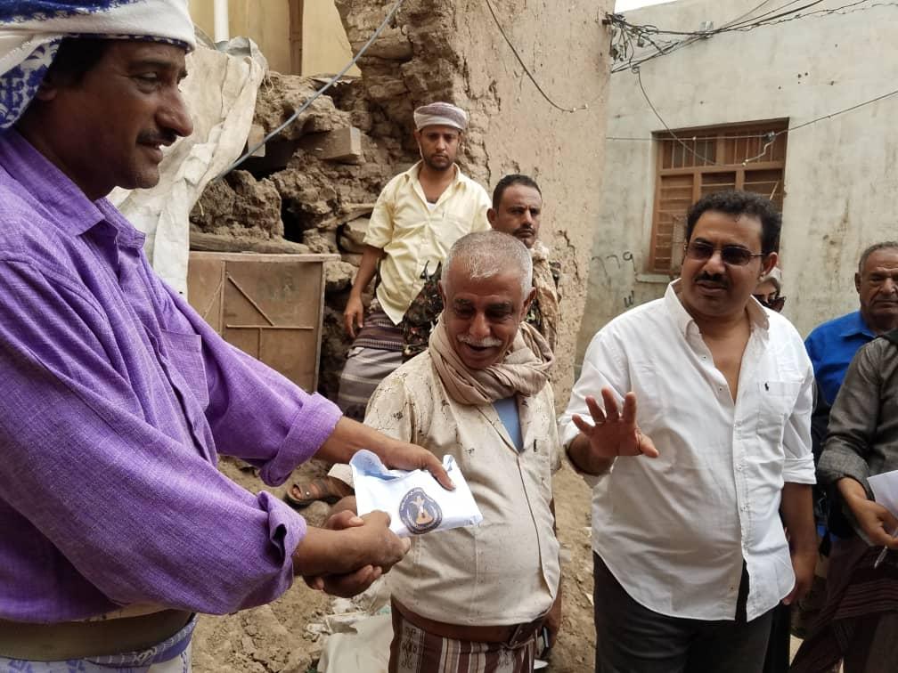 رئيس انتقالي لحج يدشن توزيع المساعدات لأسر المنازل المتضررة في حوطة لحج