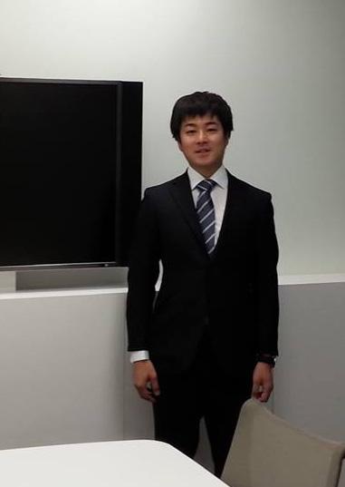 社員育成の傍ら30歳から3年間、神奈川県議会議員の秘書として政治を学ぶ。